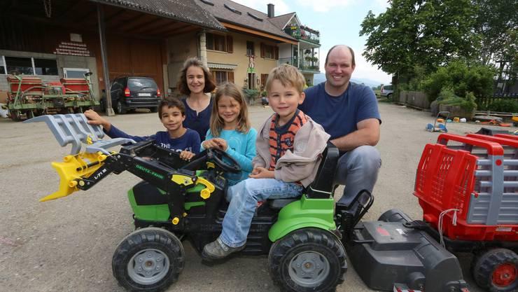 Ueli Emch mit seiner Frau Franziska und den drei Kindern Cyrill, Julia und Yanis vor dem Hof in Kestenholz.