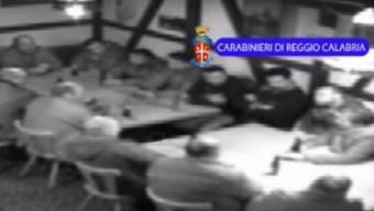 """Eine Videosequenz der ''Operazione Helvetica"""" zeigt ein Dutzend Männer an zwei Tischen, vermutlich in einem Restaurant in der Schweiz. (Symbolbild)"""