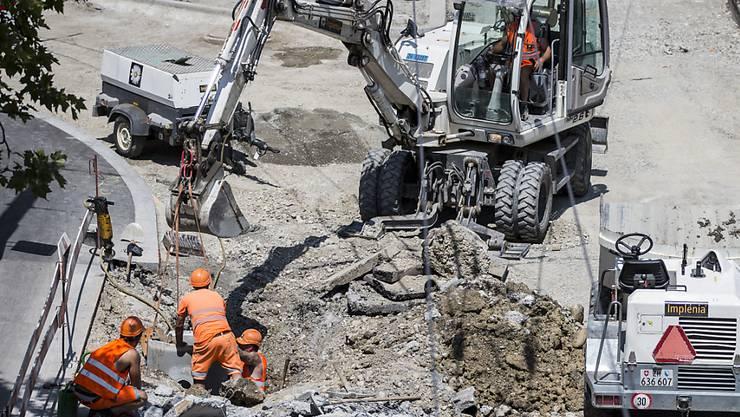 Bauarbeiter arbeiten an einer Strasse. Welche Bauunternehmung welchen Auftrag ausführt, haben in gewissen Bezirken in der Ostschweiz über Jahre die Unternehmen selbst mittels Absprachen bestimmt. (Symbolbild)