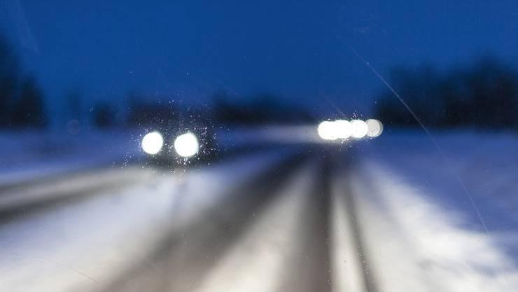 Bei Seengen startete ein Autofahrer trotz Dunkelheit ein Überholmanöver. Ein entgegenkommendes Auto musste auf eine Wiese ausweichen. (Symbolbild).