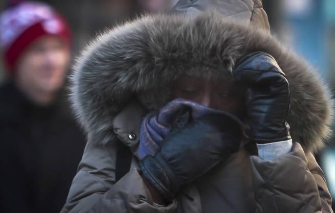 Eine New-Yorkerin schützt sich vor der klirrenden Kälte.