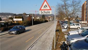 Die «Vorsicht Schule»-Schilder in der Bodenacherstrasse zeigen zu wenig Wirkung.BY