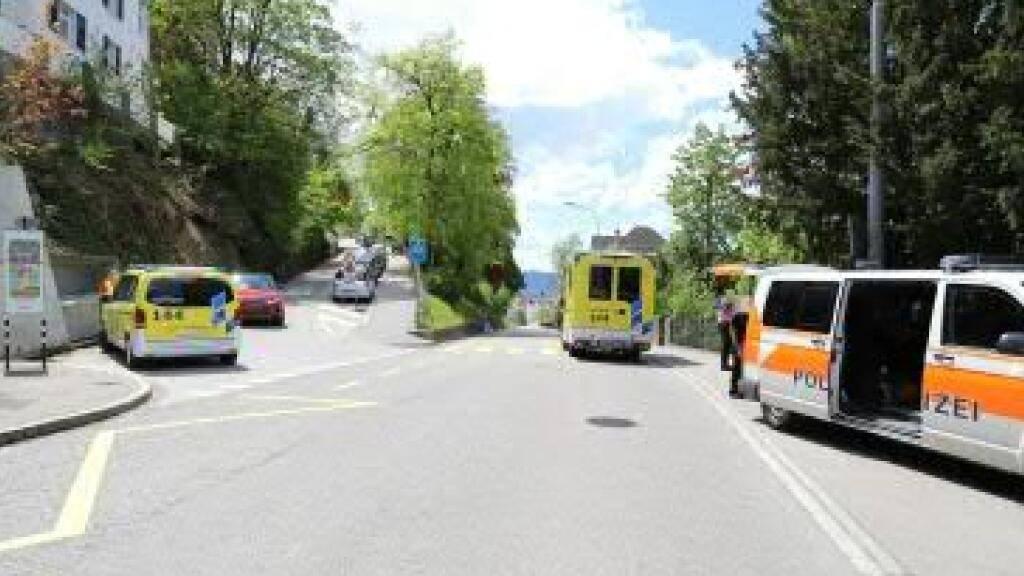 In St. Gallen wurden bei drei Unfällen vier Personen leicht verletzt. An der Haltestelle Berneggstrasse rannte ein 8-jähriges Kind aus dem stehenden Bus und wollte die Strasse überqueren. Dabei prallte es in die Seite eines Lieferwagens, der am stehenden Bus vorbei fuhr.