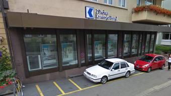 Diese ZKB-Filiale in Wollishofen wurde von einem bewaffneten Unbekannten überfallen.