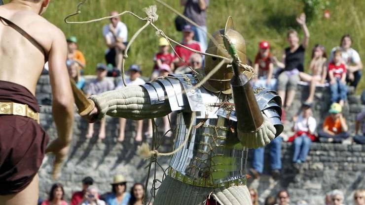 Römische Gladiatoren kämpfen im renovierten Amphitheater in Windisch. (Mai 2011)