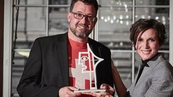"""Michael Räber erhält von SP-Ständerätin und Jury-Präsidentin Pascale Bruderer Wyss den """"Prix Courage"""" überreicht. (Bild: Beobachter)"""