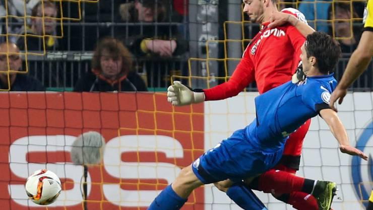Paderborns Srdjan Lakic schiebt nach einem Fehler von Dortmunds Goalie Roman Bürki zur 1:0-Führung für Paderborn ein.