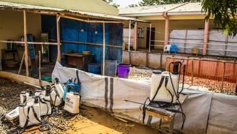 Sierra Leone hat den letzten bekannten Ebola-Patienten als geheilt aus dem Spital entlassen. Eine leere Ebola-Dekontaminationszone in einem Spital in Freetown. (Archiv)