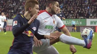 Harter Fight, gerechtes Unentschieden: Augsburgs Raul Bobadilla (re.) und Leipzigs Marcel Halstenberg kämpfen um den Ball