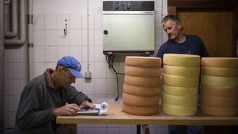 Jakob Peng addiert die Menge an Käse, Senn Martin Capaul liest deren Gewicht ab.