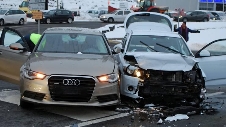 Gefährlicher Abzweiger in Willisau: Bei der heftigen Kollision wird ein Autofahrer verletzt.