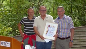 Stolze Preisträger (v. l.): Beat Gehrig (Präsident des Stiftungsrates), Beat Bader und Stephan Berger freuen sich über den Erfolg des Holzwegs.