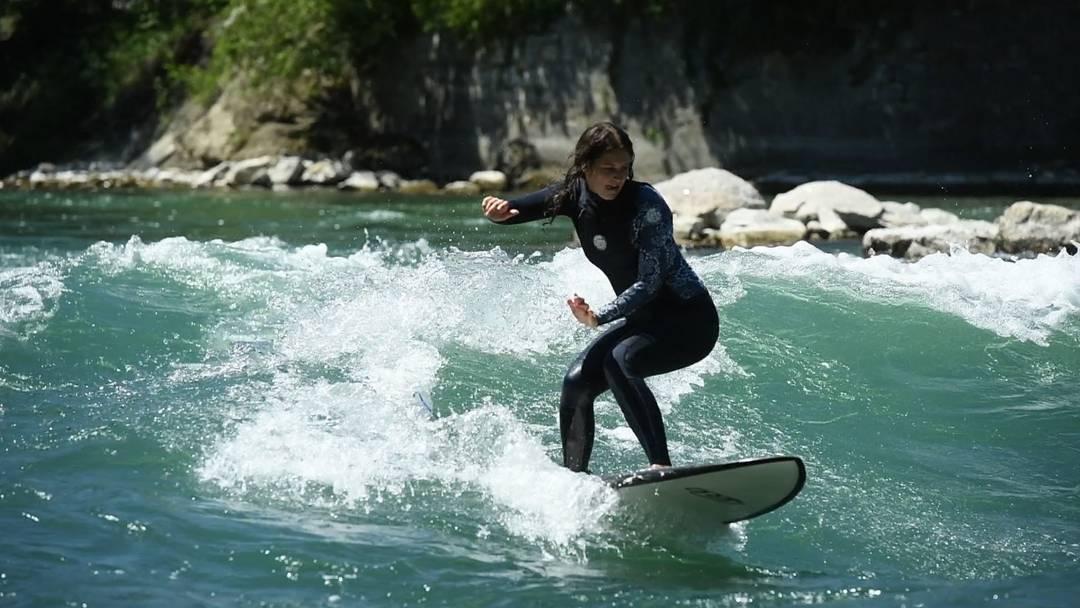 Surfer auf der Limmat in Baden