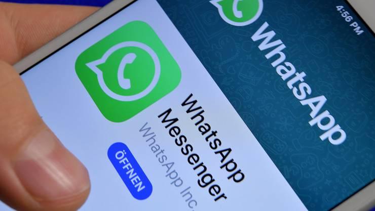 Trotz Warnung wird weitergechattet: WhatsApp im Klassenzimmer.