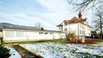 Dieser Pavillon beim Schulhaus 2 muss für neue Klassenräume weichen, damit Wiese und Spielplatz erhalten werden können.