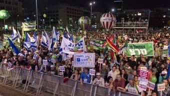Zehntausende demonstrieren gegen Israels Regierungschef Netanjahu