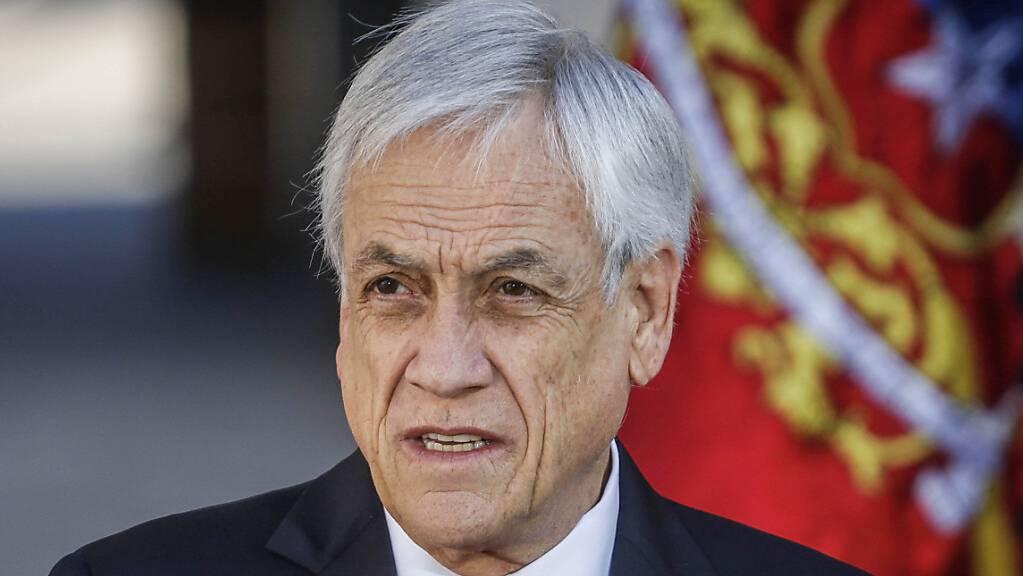ARCHIV - Sebastián Piñera, Präsident von Chile, während einer Ankündigung. Angesichts des rasanten Anstiegs der Corona-Zahlen soll die Wahl der Delegierten für eine Verfassungsgebende Versammlung in Chile vom 10. und 11. April auf 15. und 16. Mai verlegt werden. Foto: Sebastian Beltran Gaete/Agencia Uno/dpa