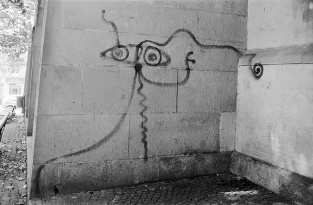 """Eine Figur des als """"Sprayer von Zürich"""" bekannt gewordenen Künstlers Harald Nägeli, aufgenommen an der Aussenmauer der Predigerkirche in Zürich."""