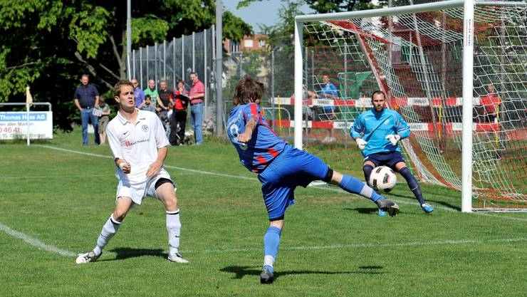 Engstringens Patrick Meier schliesst vor FCB-Torwart Michael Angstmann ab, Claudio Studer ist bange. frei