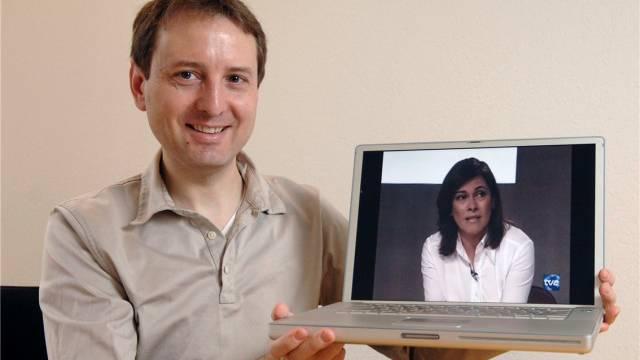 Beat Knecht, CEO von Zattoo, im Januar 2007 mit seinem Apple Powerbook, auf dem mit der Zattoo-Software wireless TV geschaut werden kann. Foto: Alex Spichale