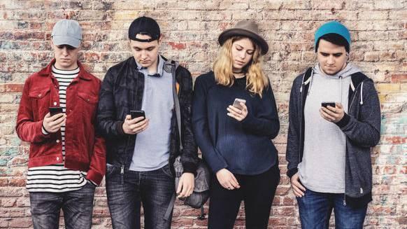 Die Art und Weise, wie wir auf unsere Handy starren, verändert den Körper.