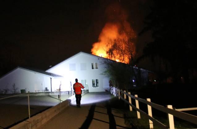 Aesch ZH, 12. April: Bei einem Dachstockbrand in einem Einfamilienhaus in Aesch (Gemeinde Neftenbach) ist in der Nacht auf Freitag ein Schaden von mehr als 100'000 Franken entstanden. Vier Bewohner wurden evakuiert. Verletzte gab es keine.