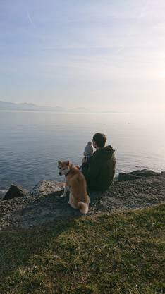 Idylle am See: Robin Grossmann geniesst mit seinem Sohn Jax und Hund die Aussicht.