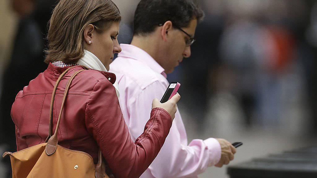 Handykunden von T-Mobile in den USA sollen nach dem Willen des Konzernchefs eine Aktie des Unternehmens erhalten. (Symbolbild)
