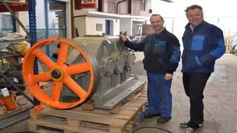 Techniker Anton Pilzer und Geschäftsinhaber André Plüss (v.l.) neben dem Kreiskott-Getriebe der Kläranlage Aarau. Die Maschine wird in Turgi aufgefrischt.