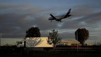 Klimaschützer sind am Flughafen Heathrow in London mit dem Versuch gescheitert, mit Drohnen den Betrieb zu stören. (AP Photo/Matt Dunham)