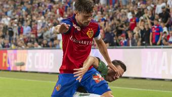 Mit Kampf zum Sieg: Basels Captain Valentin Stocker setzt sich gegen Eindhovens Nick Viergever durch