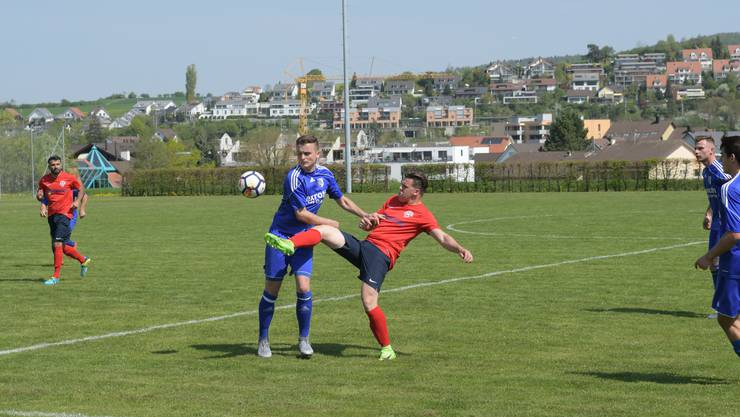 Birmensdorfs Emanuel Moreira da Rocha (rechts im roten Trikot) im Zweikampf gegen Buttikons Egzon Lakna (links).