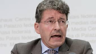 Der Bündner SVP-Nationalrat Heinz Brand gilt als Migrationsexperte. Er fordert eine Obergrenze von 15'000 für die Schweiz. (Archiv)