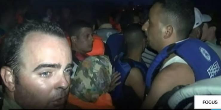 Auf dem Schlepperboot: Franck Genauzeau (links) hat 60 Flüchtlinge bei der Überfahrt von der Türkei nach Griechenland begleitet.