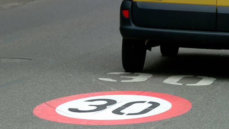 Tempo-30-Zonierung möglichst ohne aufwendige bauliche Anpassungen: Vorgesehen sind Signalisationstafeln und Bodenmarkierungen (Symbolbild).
