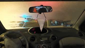 Mit derart winzigen eisfreien Gucklöchern in der Frontscheibe darf ein Auto nicht gefahren werden.