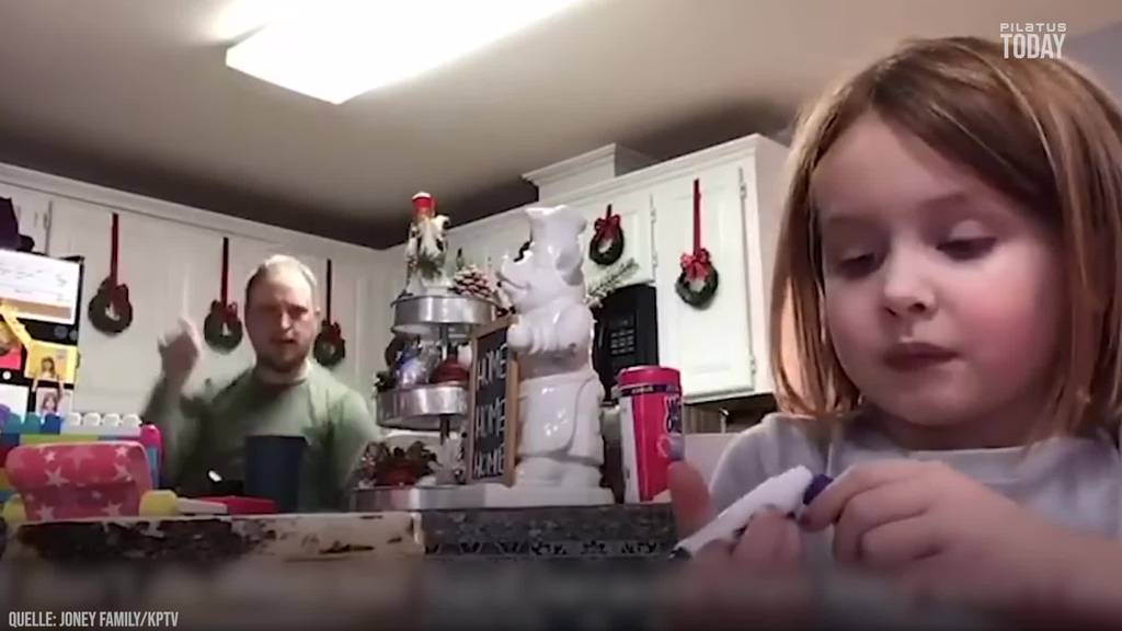 Papi crasht Online-Unterricht der Tochter und macht Faxen