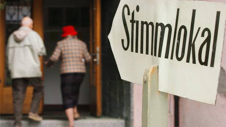 Ein Paar geht zum Abstimmen in ein Stimmlokal.