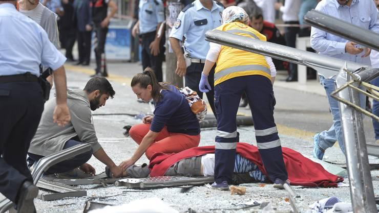 Eine Schneise der Verwüstung: Die Polizei hat den Unfallort gesichert - der Busfahrer gab an, die Kontrolle über das Fahrzeug verloren zu haben.