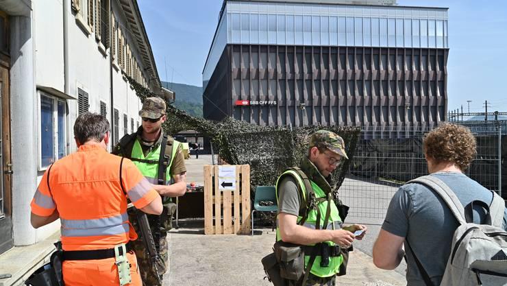 Militär-Übung Villaggio im Raum Olten. Jeder, der auf das Gelände der SBB-Betriebszentrale will, wird geprüft.