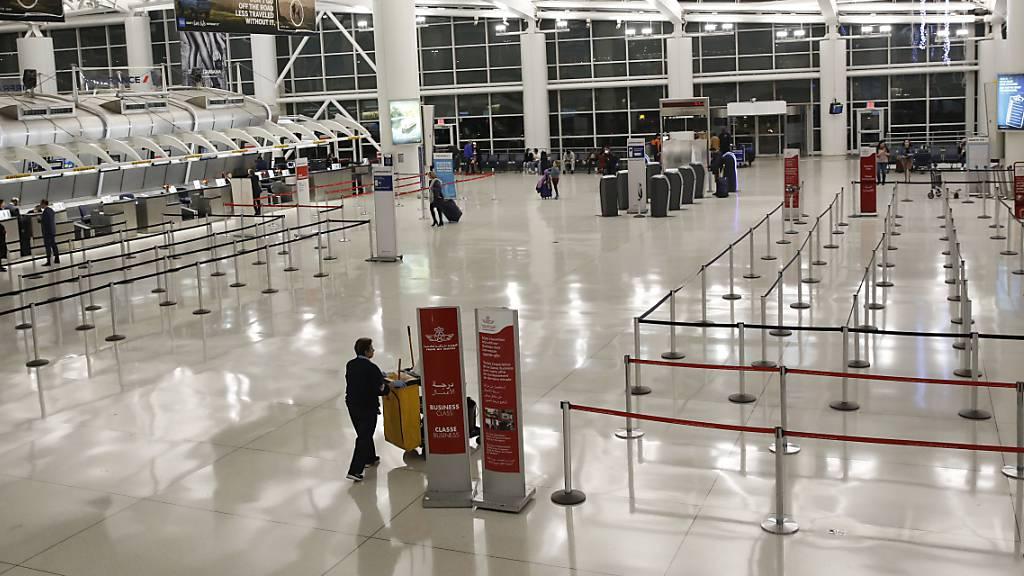 Leere Hallen im John F. Kennedy Airport in New York. Einreisen aus Europa sind seit heute verboten - entsprechend gibt es auch nur wenig Ausreisende.