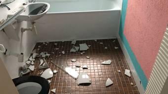 Die Vandalen richteten die Räume schlimm zu – auch Wände wurden versprayt.