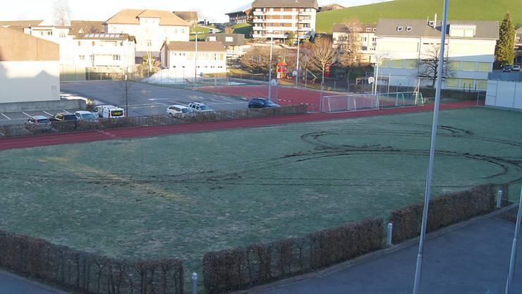 Das Schulhausareal Schützenmatt/Ochsenmatt in Menzingen ist von der Offroad-Fahrt tief gezeichnet.