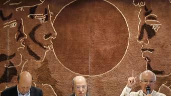 Erinnerten an einem Gedenkanlass an die Zimmerwald-Konferenz vor 100 Jahren: der deutsche Linken-Politiker Gregor Gysi (Mitte) und der ehemalige Bürgermeister von Montreuil (F), Jean-Pierre Brard (rechts). Links im Bild Moderator Andreas Schefer.