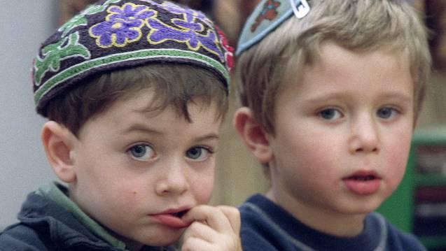 Jüdische Kinder mit einer Kippa (Archiv; Symbolbild)