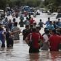 Tropensturm «Eta» in Honduras: Menschen waten durch eine überflutete Straße. Foto: Delmer Martinez/AP/dpa