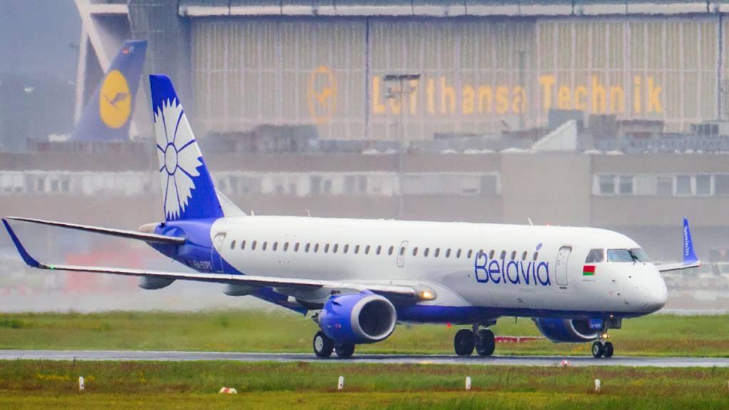 Eine Maschine der belarussischen Fluggesellschaft Belavia – Belarusian Airlines fährt über die Rollbahn des Flughafen Frankfurt.