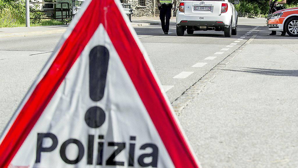 Die Kantonsstrasse zwischen Bellinzona und Locarno war nach dem Unfall für mehrere Stunden gesperrt. (Symbolbild)