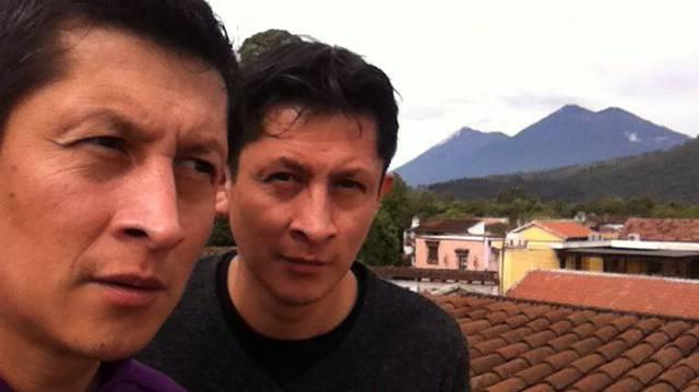 Fernando (l.) und Javier Caxaj bleiben bis Anfang Juli in Antigua Guatemala. Im Hintergrund sind der Feuervulkan (l.) und der Vulkan Acatenango zu sehen.