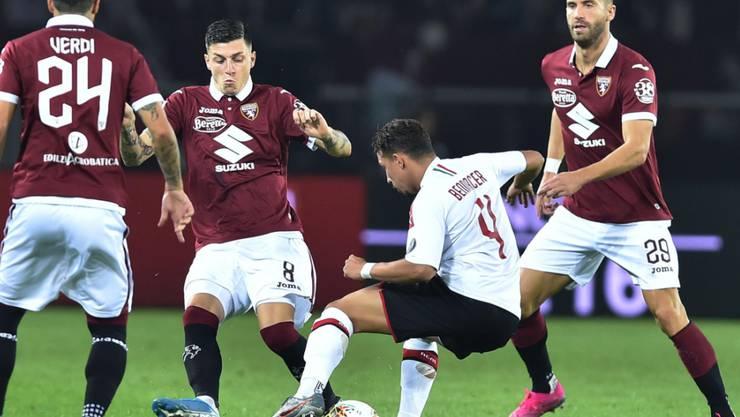 Milans Ismaël Bennacer verrennt sich in der Torino-Abwehr